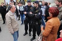 Obyvatelé Podolí si přišli ve středu pro své transparenty na obecní úřad. Po slovní potyčce se starostou Podolí Jaromírem Hastíkem musela na místo vyrazit policie.
