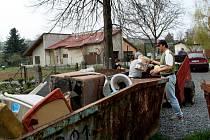 Velehradští přivítali jaro sběrem starého haraburdí. Jeho sběr v obci opět zorganizovali hasiči.