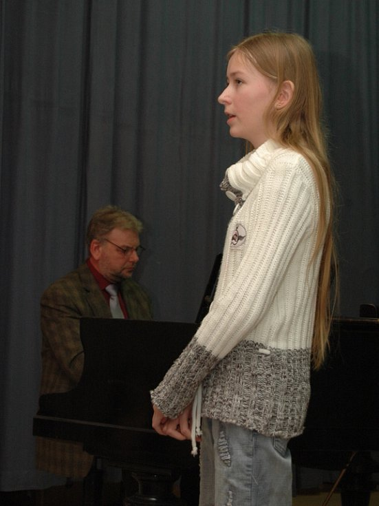 Na okresním kole v sólovém a komorním zpěvu se předvedli zástupci čtyř základních uměleckých škol.