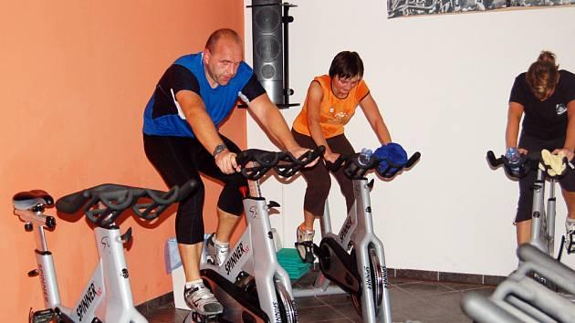 Na spinningových kolech si jezdci máknou.