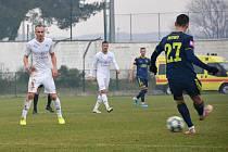 Fotbalisté Slovácka (bílé dresy) proti Dinamu Záhřeb