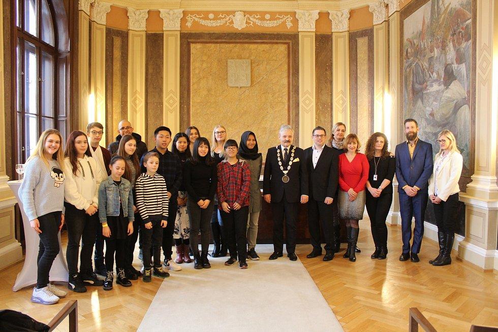 Studenti z mezinárodního projektu Edison při návštěvě radnice v Uherském Hradišti, uprostřed s místostarostou města Ivo Frolcem.