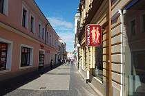V historickém centru i jeho ochranném pásmu chce vedení Uherského Hradiště nově přísněji regulovat reklamy, které často hyzdí architekturu budov města.