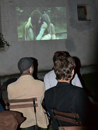 Film Aground mohla veřejnost poprvé vidět vkavárně Ulité Kafé vpátek vBrodě po setmění.