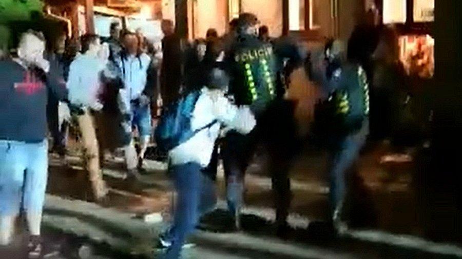 Bitka fanoušků s policisty u restaurace Krček v Uherském Hradišti
