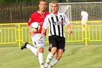 V přípravném zápase ještě v dresu Myjavy bojoval Peter Sládek (vpravo) proti Petru Reinberkovi. Od ledna z nich budou znovu spoluhráči.