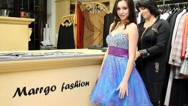 Nicol Jiřičková si zkouší šaty Marrgo fashion v Uherském Hradišti.