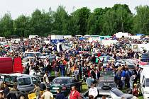 DAVY. Březolupský plochodrážní areál o víkendu zaplavily tisíce návštěvníků i stovky vozidel, motocyklů a další techniky.