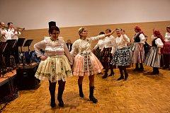 Ples zahájila promenáda krojovaných.