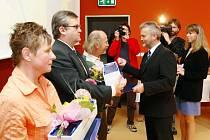Z rukou hejtmana Libora Lukáše (vpravo) převzal ocenění a dary také například Dušan Škrabko (uprostřed) z Březolup.