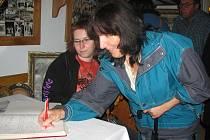 Podpis do pamětní knihy muzea.