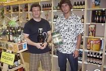 Vydatným pomocníkem provozovatele pivoték Vladana Šonky (na snímku vlevo) je jeho syn Marek