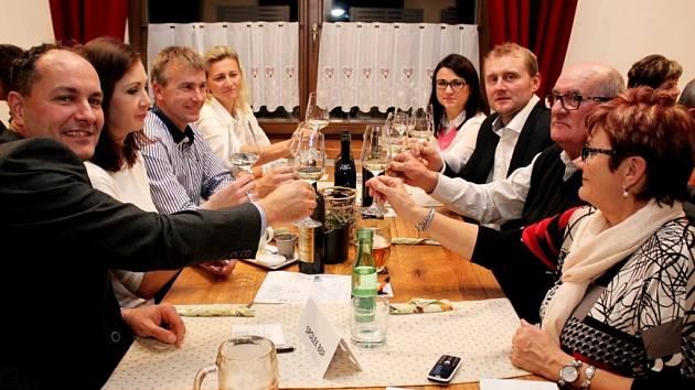 Mladá vína z letošní úrody i do křupava vypečená husa vínomilcům chutnala.