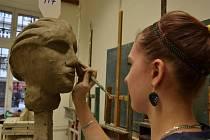 K talentovým zkouškám patřilo i kreslení či modelování hlavy.