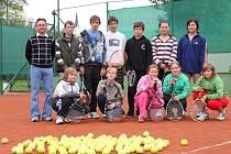 O starostův pohár se v ostrožské Lhotě utkalo jedenáct mladých tenistů a tenistek.