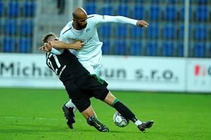 Střídající útočník Rigino Cicilia (v bílém dresu) rozhodl sobotní duel fotbalistů Slovácka s pražskými Bohemians 1905.
