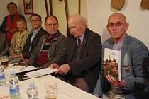 Knihu Zdeňka Piláta od Derfle k Sadům pokřtili U Kovaříků