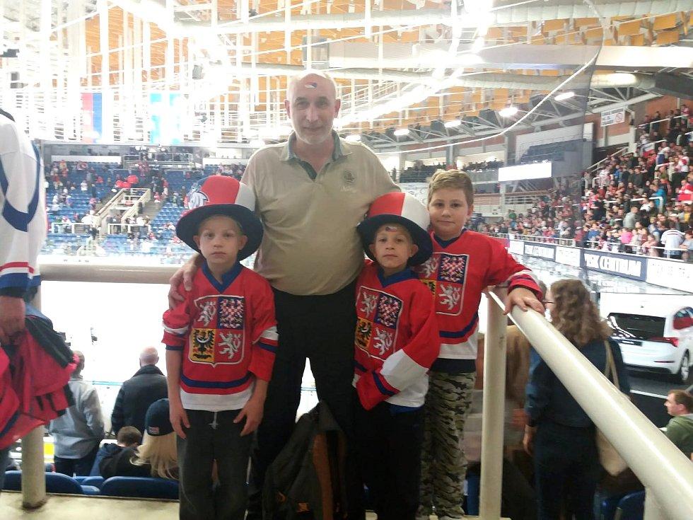 Sedmiletá dvojčata Viktor s Patrikem i o rok starší Honza hrají hokej za Uherské Hradiště. (v pozadí jejich tatínek)