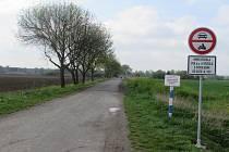 Dopravní značka zakazující průjezd k chatám u jezer v Ostrožské Nové Vsi.
