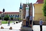Zbrusu nové skulptury světců Cyrila a Metoděje vítají poutníky při vstupu do církevního areálu Velehradu.