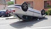 Eskamotérský kousek absolvoval v Hluku se svým automobilem značky Seat Toledo pětapadesátiletý cizinec. Než na silnici přistál hlavou dolů, stačil ještě trefit poblíž stojící auto.