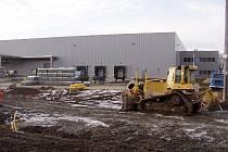 Téměř pěti stovkám zaměstnanců poskytne útočiště dokončovaná výrobní hala společnosti Forschner v průmyslové zóně na Jaktářích.