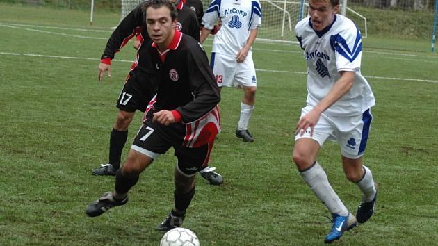 Fotbalisté 1. Valašského FC (světlé dresy) úspěšně pokřtili nové hřiště s umělou trávou. Po zlepšeném výkonu ve druhém poločase přehráli Spytihněv 4:1.