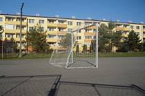 Plocha mezi paneláky v Jarošově má sloužit ke sportovnímu vyžití tamních obyvatel. Někteří nájemníci přilehlých domů si ale stěžují na neúměrný hluk