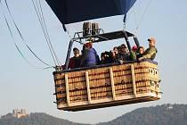 Největší balon v České i Slovenské republice pilotuje Libor Staňa z Břestku (zcela vlevo). I tento velikán se o víkendu vznese nad Chřiby.