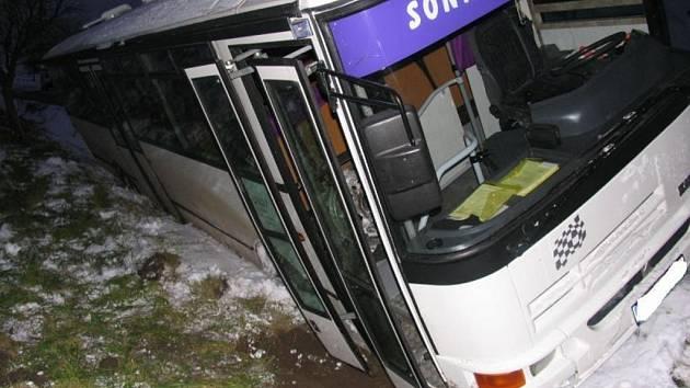Test na alkohol byl u řidiče autobusu i u sedmadvacetileté řidičky negativní, škoda dosáhla 200 tisíc korun.
