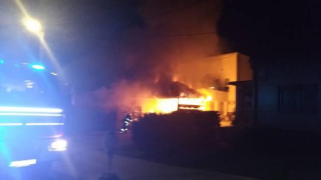 V Nivnici v noci z pátku 7. září na sobotu skupinka čtyř mladistvých zapalovala popelnice.