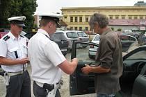 Policie rozdávala pokuty za telefonování za jízdy.
