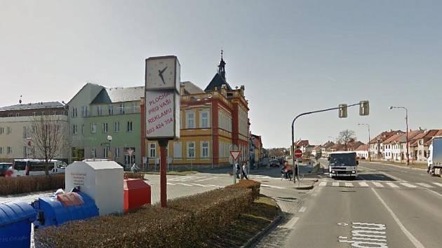 Volně stojící hodiny ukazující všem míjející staroměstskou křižovatku čas už v jejich původní podobě nikdo nenajde. Radnice se je rozhodla nahradit ciferníky za částku přes sto tisíc korun.