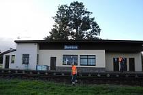Poslední rok života zbývá nádražní budově v Šumicích. Poté půjde k zemi a nahradí ji bezobslužná vlaková zastávka.