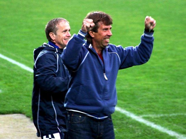 Fotbalisté Slovácka zápas naděje zvládli, Vítkovice porazili 3:1. Pochopitelnou radost z toho měla i nová trenérská dvojice Jiří Dekař (vpravo), Miroslav Hlahůlek.