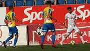 Fotbalisté Slovácka (v bílých dresech) proti Teplicím