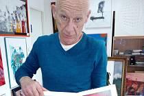 Majitel Galerie Sova Leo Filipi ukazuje fotku nejcennějšího Červinkova obrazu, který mu ukradli a zase se mu vrací zpět.
