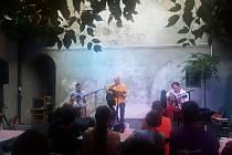 ZZ Song, folkově orientované trio v čele s písničkářem a zároveň místním zlatníkem Zbyňkem Zimčíkem, jeho synem Adamem a kolegou Josefem Kellerem, poctilo svým premiérovým vystoupením posluchači zaplněnou dvorkovou scénu kavárny Kafe Uprostřed.