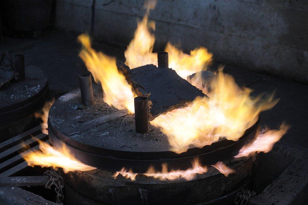 Odlévání u Otmara Olivy je mysteriózní rituál.
