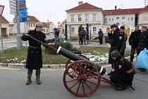 Dělostřelci z Kunovic  kanonu stáli, pořád ládovali a chvílemi z něj i vypálili.