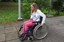 Účastníci si mohou vyzkoušet pohyb na kolečkovém křesle.