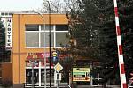 Policejní zásah po střelbě v restauraci Družba v Uherském Brodě. V pozadí budova restaurace Družba.