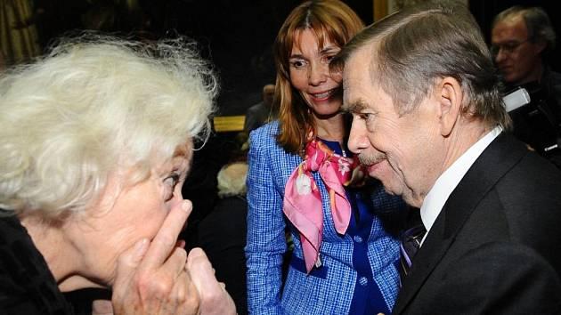 Václav Havel převzal v roce 2010 v Praze literární Cenu Franze Kafky. Ke gratulantům se připojila i Květa Fialová.