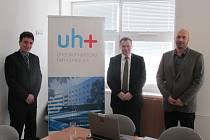 Nové logo Uherskohradišťské nemocnice představili na tiskové konferenci členové vedení nemocnice, zleva ředitel Petr Sládek, jeho náměstci Vlastimil Vajdák a Martin Horenský.