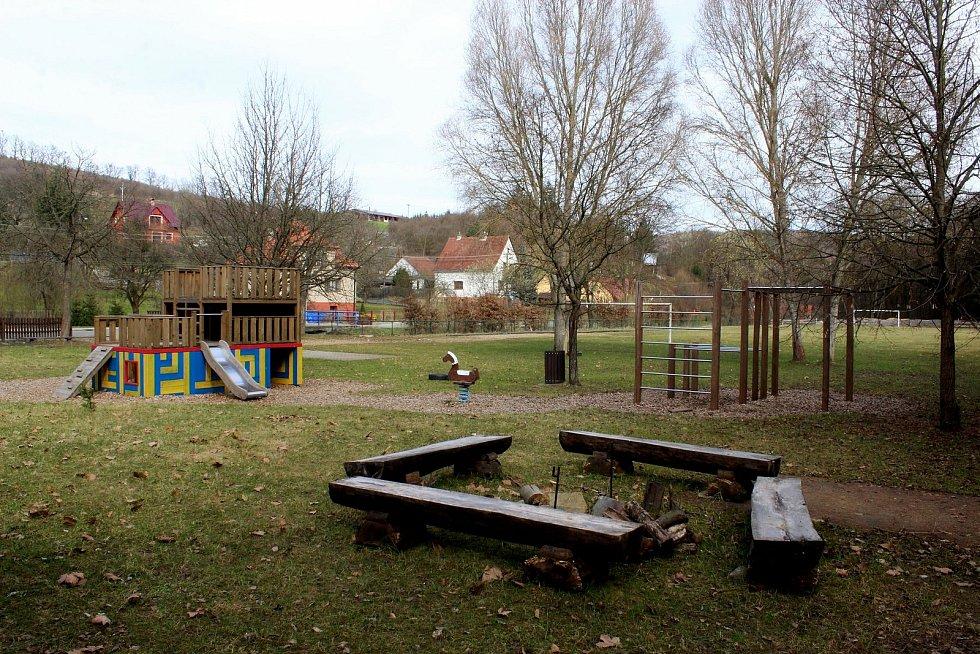 Vstupní brána do Chřibů je vesnička Salaš. Dětské hřiště