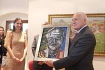 Exprezident Václav Klaus nevynechal ve čtvrtek 5. května při své návštěvě Uherského Hradiště ani galerii Joži Uprky na tamním Masarykově náměstí.