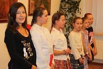 Režisérka vánočního pořadu  Stanislava Vaňková (vpravo) se sušickými školáky hrála i zpívala.