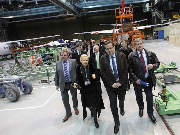 Návštěva ministra průmyslu a obchodu Jana Mládka v leteckém podniku Aircraft Industries v Kunovicích. Tisková konference v zasedací místnosti ředitelství.