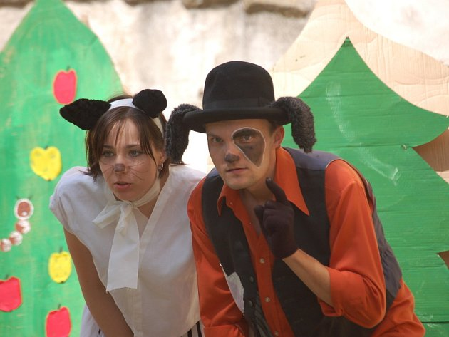 Zvířátka a loupežnice se představily na nádvoří Buchlova v divadelním pásmu.