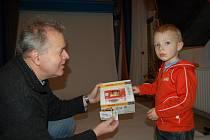 Adámek si od majitele studia AZP Polášek převzal svoji výhru.